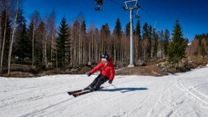 Daniel åker skidor i Järvsöbacken